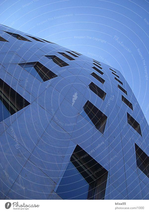 Frank O. Gehry-Tower in Hannover Hochhaus Bürogebäude einzigartig Blauer Himmel Architektur Gehry Bauten Edelstahlfassade üstra torsion Verwaltung modern