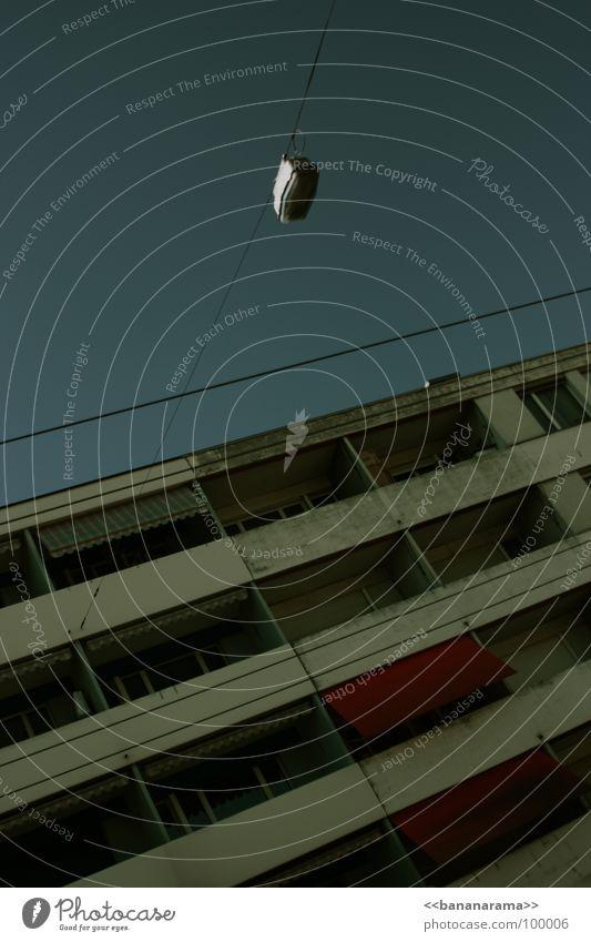 Schöner wohnen Himmel Stadt Haus dunkel grau Wege & Pfade orange dreckig Wohnung Beton Häusliches Leben Kot Abgas Autofahren Straßenbeleuchtung Schachtel