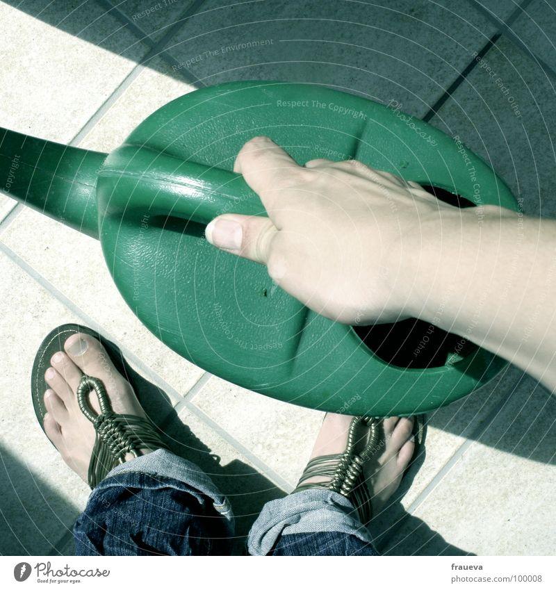 giessen es ist trocken Mensch Hand Farbe Garten Fuß Schuhe tragen Daumen gießen heben Dürre Gärtner Gießkanne Baumarkt