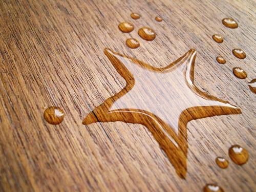 estrela* Glück schön Tisch Wasser Wassertropfen Holz Zeichen nass Weltall Stern (Symbol) Wasserfleck Holztisch Milchstrasse Planet Fixstern scheckig