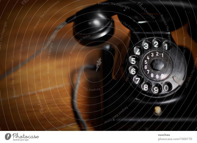 ruft mal jemand an? Telefon Telekommunikation Ziffern & Zahlen retro schwarz Telefonhörer Wählscheibe Telefonkabel Bakelittelefon alt altmodisch Holzfußboden
