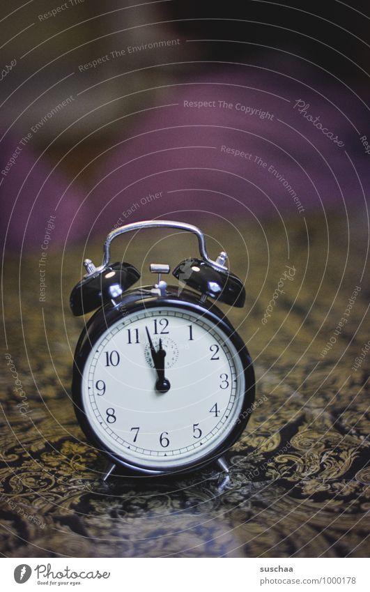 kurz vor 12? Häusliches Leben Wohnung Ziffern & Zahlen Pfeil Kontrolle stagnierend Uhr Wecker Uhrenzeiger Farbfoto Innenaufnahme Menschenleer Textfreiraum oben