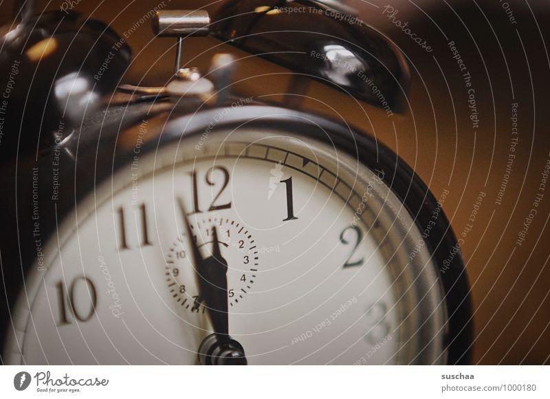 gleich is 12 Ziffern & Zahlen retro braun Präzision Uhr Wecker Uhrenzeiger Zeit Farbfoto Gedeckte Farben Innenaufnahme Nahaufnahme Menschenleer