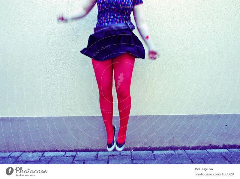 jump baby Frau rot springen Luft Beine Schuhe Arme fliegen Strümpfe hüpfen