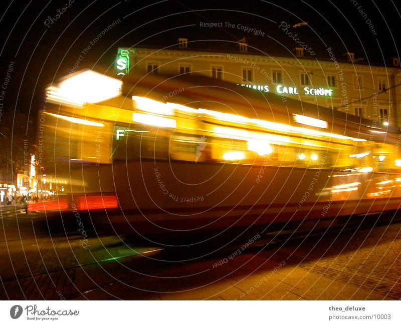 Straßenbahn dunkel Nacht Licht Bewegung unterwegs fahren Verkehr Staßenbahn Eisenbahn Lampe