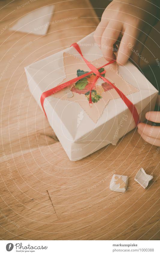 geschenk auspacken Mensch Weihnachten & Advent Hand Freude Gefühle Glück authentisch sitzen Kindheit Arme Fröhlichkeit genießen Lächeln beobachten Finger