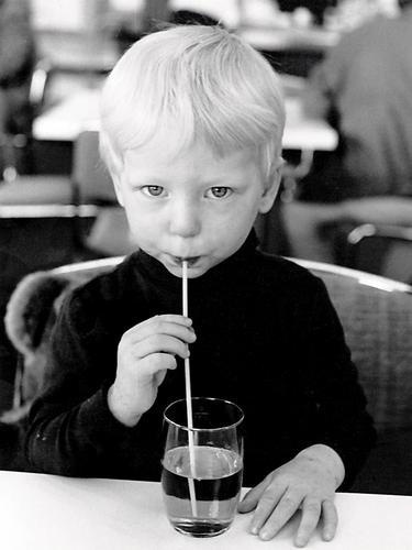 Bin ganz klein Kind trinken Bar blond süß niedlich Halm