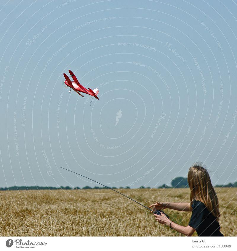 Abflug Mensch Himmel Jugendliche blau rot Freude Wolken Spielen Gras Arme gold Flügel Technik & Technologie niedlich Ernte Korn