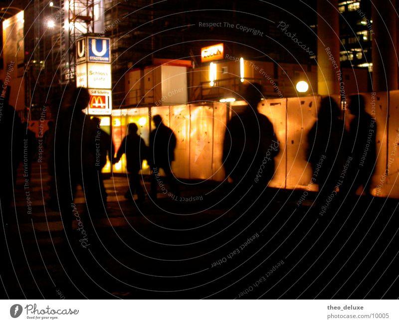 Leuchtwand Mensch Stadt Straße Lampe dunkel Wand Verkehr U-Bahn