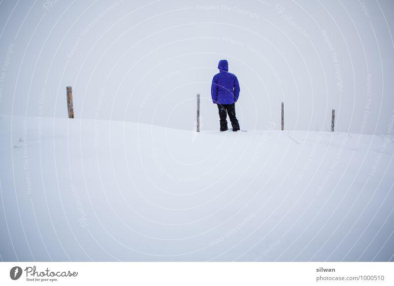 violet man & 4 Pfosten .. Mensch Ferien & Urlaub & Reisen Jugendliche Mann weiß Einsamkeit ruhig Junger Mann Winter kalt Erwachsene Schnee hell maskulin Nebel