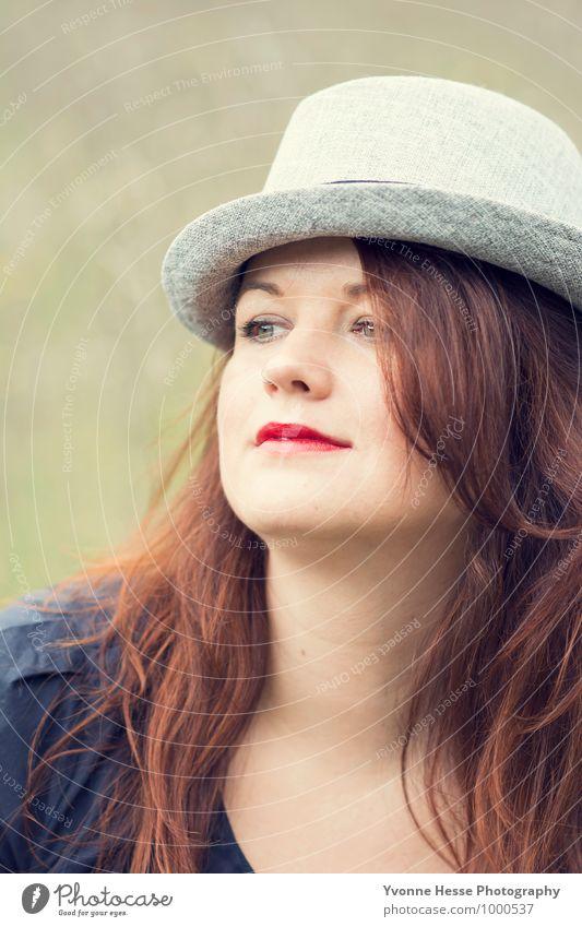 Eitel Lifestyle elegant Stil Lippenstift Mensch feminin Junge Kopf Haare & Frisuren Gesicht 1 30-45 Jahre Erwachsene Mode Bekleidung Hut brünett langhaarig