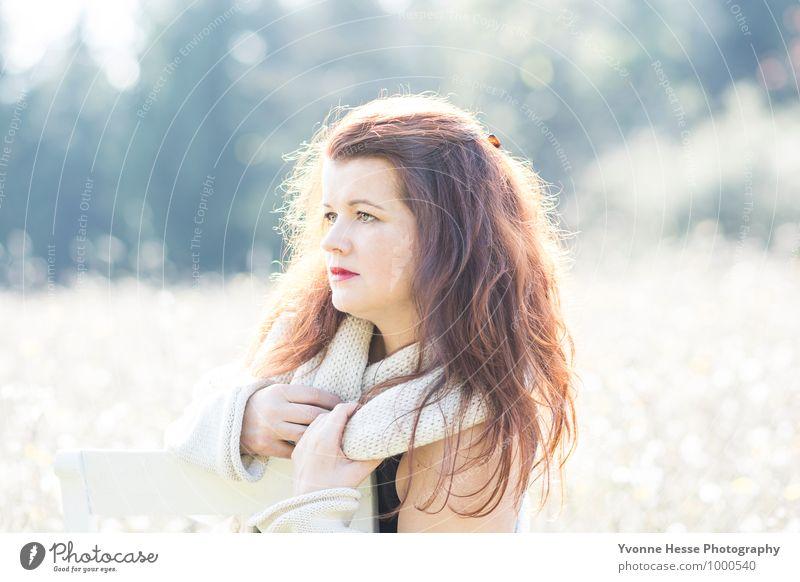 Veträumt feminin Junge Frau Jugendliche Körper Haare & Frisuren 1 Mensch 30-45 Jahre Erwachsene Natur Schönes Wetter Wald T-Shirt Schal rothaarig langhaarig