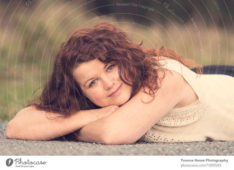 Entspannen Lifestyle feminin Körper Kopf Haare & Frisuren 1 Mensch 30-45 Jahre Erwachsene Natur Wald rothaarig lachen liegen Freundlichkeit gut schön mehrfarbig