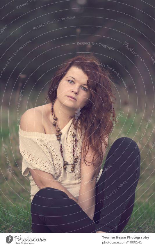 Romantisch Mensch Frau Natur schön Einsamkeit Landschaft Erwachsene Gesicht Auge Traurigkeit Herbst Wiese feminin Gras Haare & Frisuren Mode