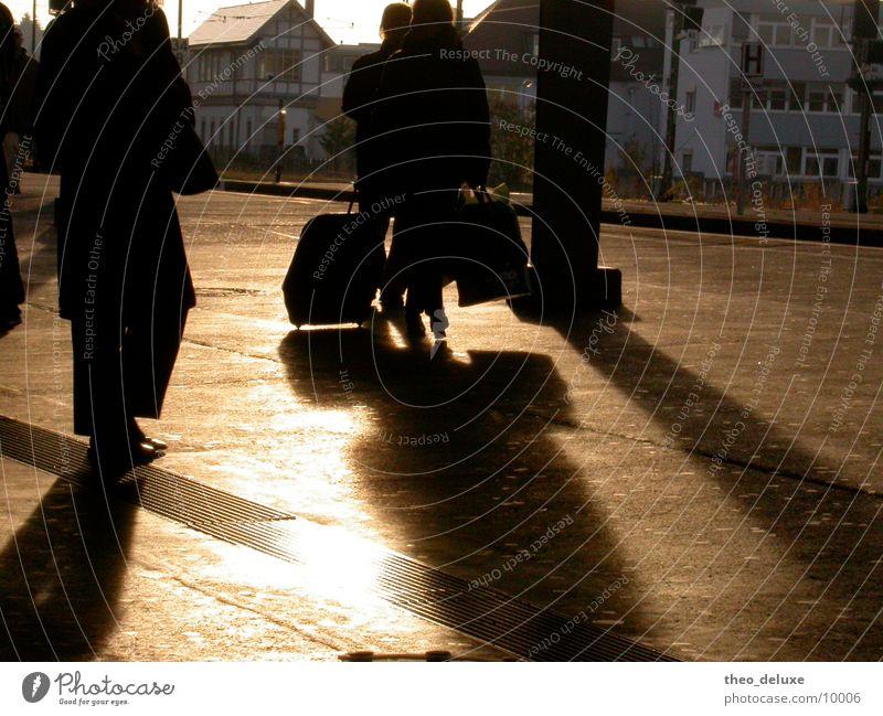 Reisestimmung Mensch Sonne gehen Verkehr Eisenbahn Bodenbelag Tasche Tourist kommen Bahnsteig wegfahren