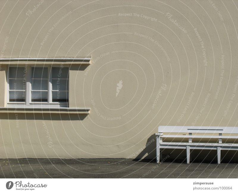 lange Bank weiß ruhig Einsamkeit Wand Fenster Wärme Architektur leer Bank Asphalt Physik Möbel Schönes Wetter beige frontal Siesta