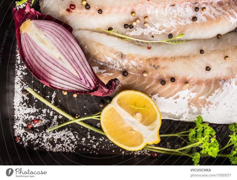 Rote Zwiebel und Zitrone auf Zander Fisch alt rot schwarz Gesunde Ernährung dunkel gelb Stil Lebensmittel Frucht Design Fisch Küche Kräuter & Gewürze Bioprodukte Abendessen Diät
