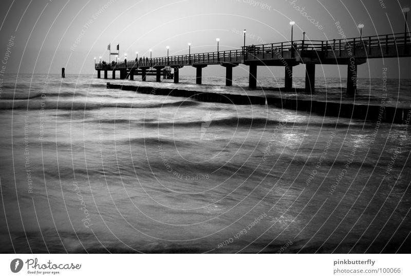 In einer düsteren Nacht.... Horizont Meer Teich See Gewässer Wellen nass Steg Anlegestelle Umweltschutz Unendlichkeit Säule Froschperspektive unten Küste rosa