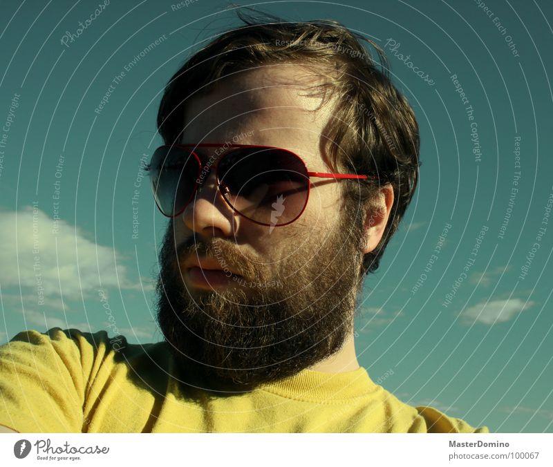 Übertrieben euphorisch Mann Bart Vollbart Sonnenbrille Wolken grün gelb Porträt Selbstportrait Pornobrille lässig trist Langeweile Gegenteil Sommer