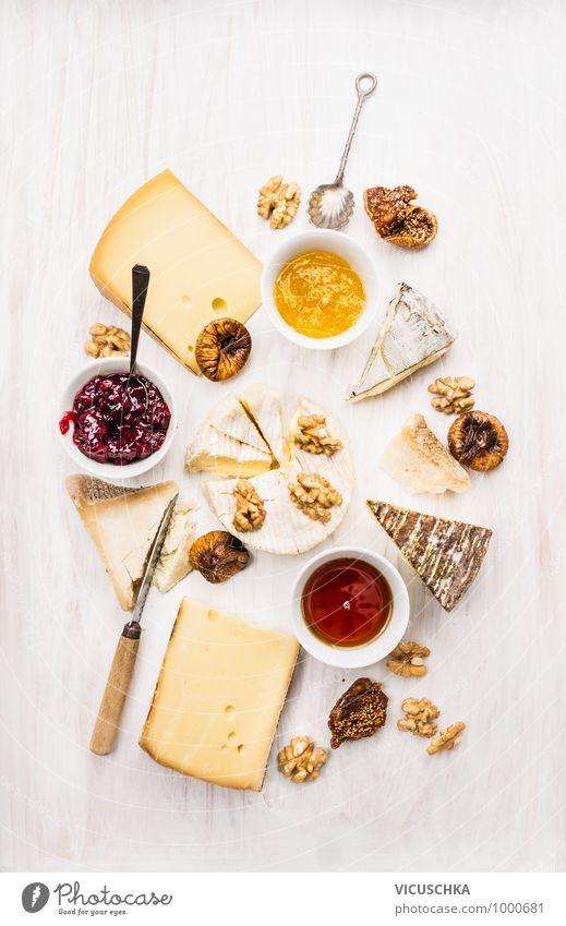 verschiedenen Sorten von Käse mit Soße, Walnüsse und Feigen Stil Design weich gelb Brie roquefort camembert Verschiedenheit Saucen Schalen & Schüsseln Löffel