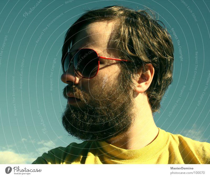 Vor Freude fast platzend Mann Bart Vollbart Sonnenbrille Wolken grün gelb Porträt Selbstportrait Pornobrille lässig trist Langeweile Gegenteil Sommer