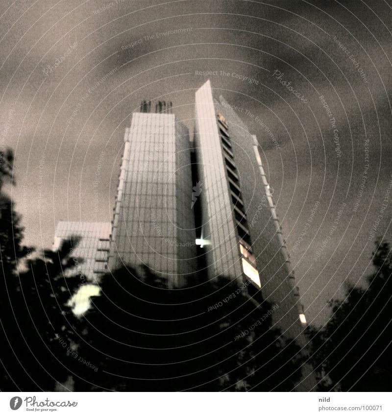 hoch(h)raus Stadt Wolken dunkel Gefühle Angst Wind Hochhaus Perspektive bedrohlich München Sturm Mitte Quadrat Leidenschaft Gewitter