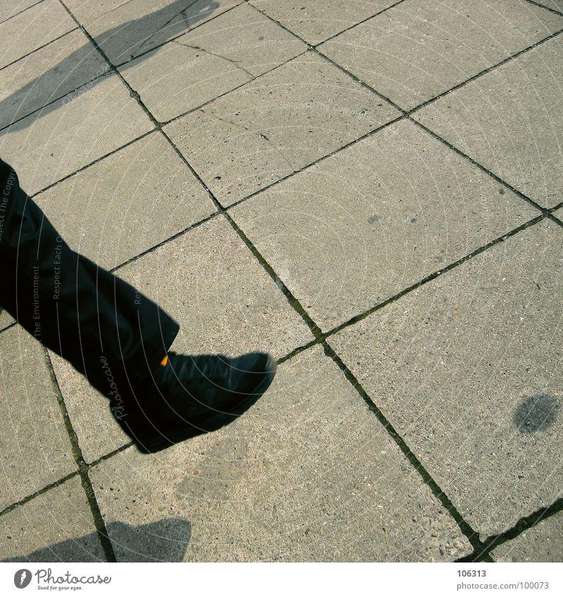 DAS SPIEL MIT DEM SCHATTENBALL = Planquadrat Pause Spielen Zeitvertreib Problematik Hacky Sack Stoff Korn Schuhe Hose Zufriedenheit Gleichgewicht Steinplatten