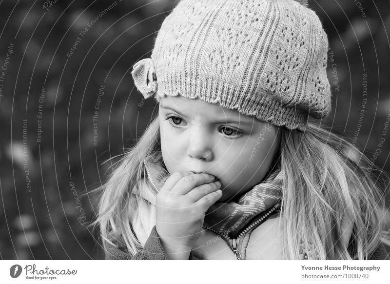 Genießen Mensch Kind Natur weiß Hand Mädchen schwarz Gesicht Auge Herbst feminin Haare & Frisuren Garten Mode träumen blond