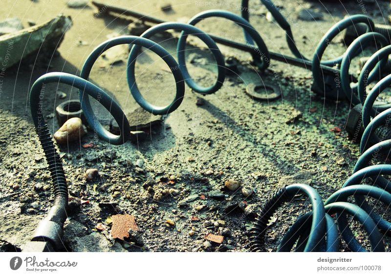Luft raus Schlauch Druckluft Spirale Wendeltreppe kaputt wegwerfen nutzlos unbrauchbar Vergänglichkeit Luftdruck Kreis biegen Zerstörung weggeworfen dreckig