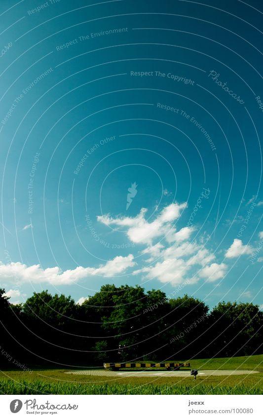 Landeerlaubnis Baum h Hubschrauber Landeplatz Wiese Wolken Verkehrswege Himmel fonusches Hochformat heli hubschrauberlandeplatz