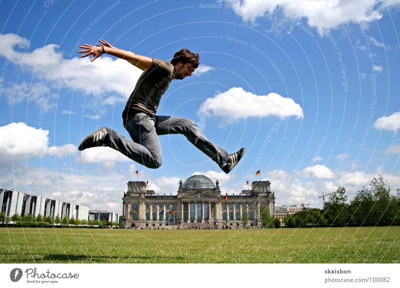 wochenendterrorist grün Sommer Freude Wiese Spielen Berlin springen Deutschland Körper fliegen hoch groß außergewöhnlich Ausflug Aktion Perspektive