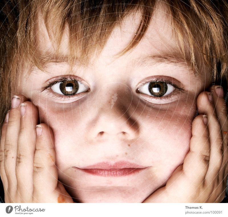 Television. Kind Hand Gesicht Auge Junge Finger Fernsehen herzlich abstützen Softbox