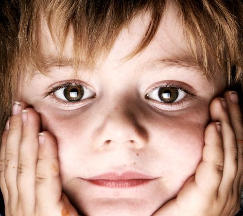 Television. Kind Junge Porträt Hand Fernsehen Blick abstützen Finger herzlich Licht Softbox Reflexion & Spiegelung Gesicht aufgestützt Auge süüs