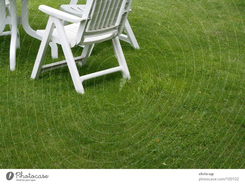 Garten Wiese Gras Rasen Stuhl Gartenstuhl Plastikstuhl Sitzgelegenheit Pause Grill Stuhllehne grün weiß Liege Liegewiese Liegestuhl Sommer Club Möbel rasenmähen