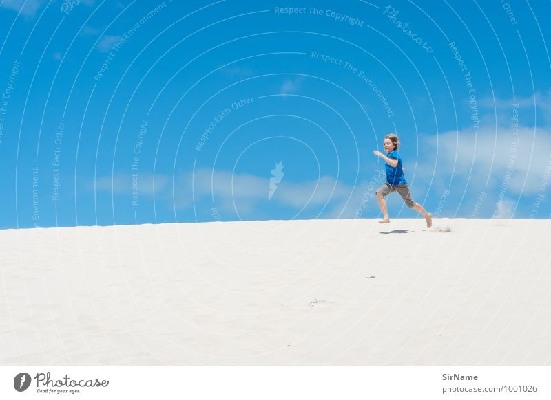 364 Kinderspiel Ausflug Abenteuer Ferne Freiheit Sommer Sonne Strand Junge Leben 8-13 Jahre Kindheit Jugendkultur Himmel Wärme Hügel Düne Sand Lächeln laufen