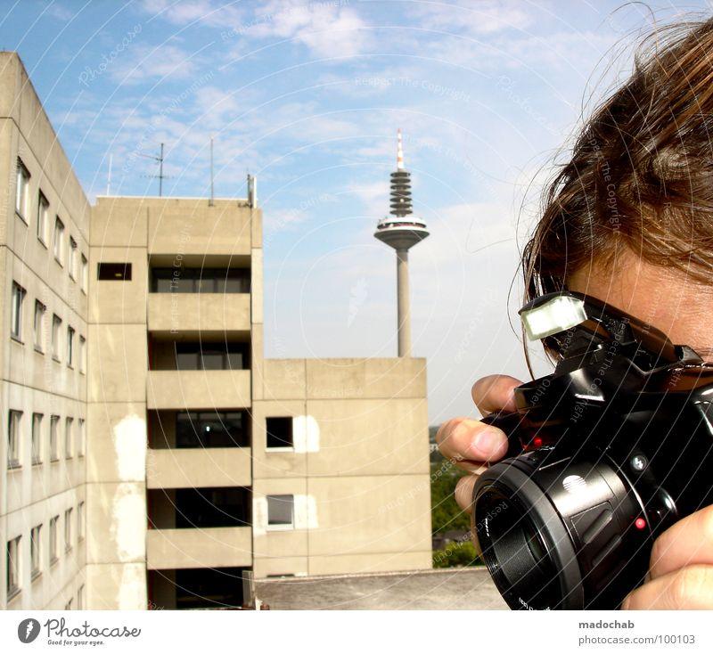 SIGHTSEEING Frau Mensch Himmel Stadt Sommer Wolken Fenster grau Haare & Frisuren Kopf Gebäude Fassade trist Technik & Technologie Turm