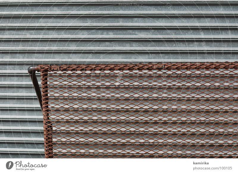 maschendraht Garage Jalousie Rollo Gitter dunkel braun überlagert Stahl Eisen kalt Detailaufnahme Tor Geländer Tür interferenz Schichtarbeit Niveau
