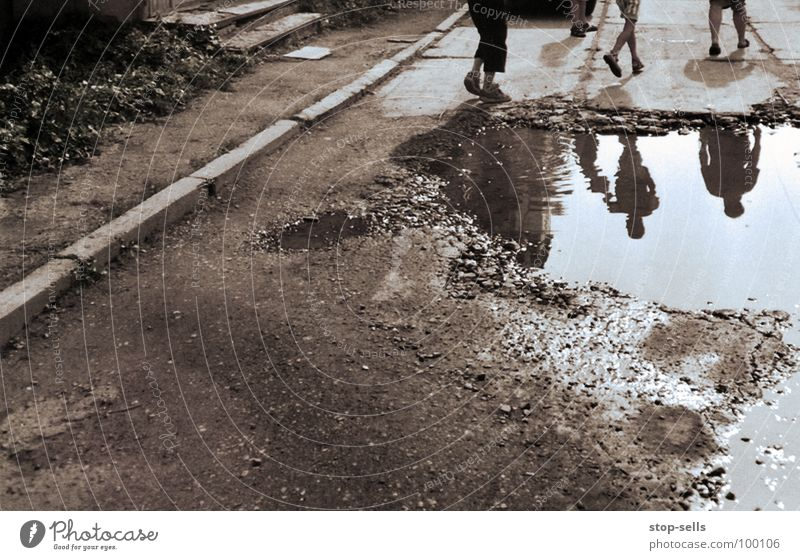 Randerscheinung Kind Jugendliche Wasser Beine braun dreckig Armut laufen Erde rennen Spiegel Am Rand Pfütze Ghetto Bordsteinkante Ukraine