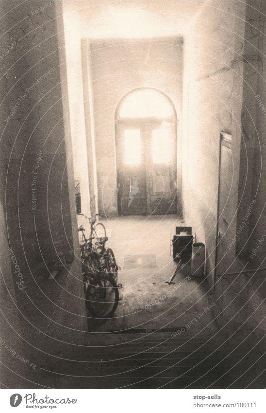 ein engel wird kommen über uns Erkenntnis Brunft Licht Flur Fahrrad Altbau Spielen Fenster historisch Brand Sonne Tür