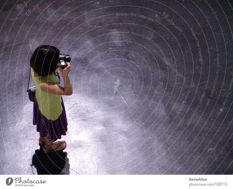 Ich sehe was, was Du nicht siehst... Frau Suche Bodenbelag Fotokamera Medien Konzentration Messe Tasche Fotograf Fotografieren Ausstellung Asiate Flipflops