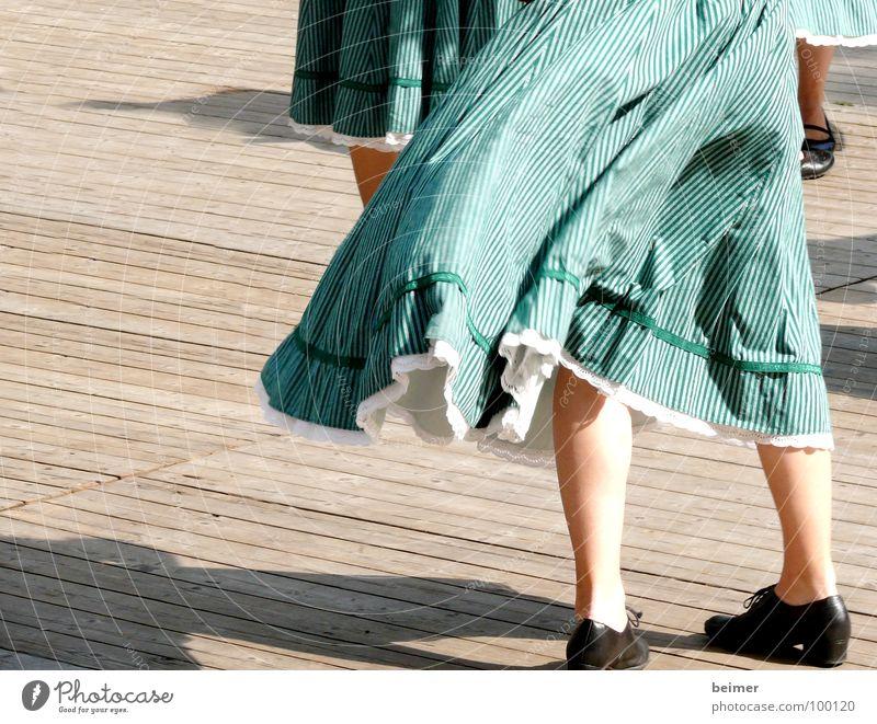 tanz mit mir Bühne grün Schuhe drehen Volkstanz Tanzen Wind Beine mehrere Schatten