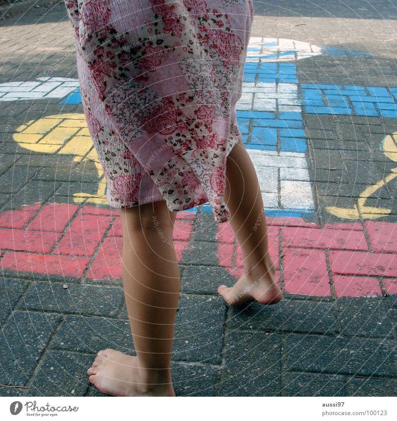 Ausholphase Kind Mädchen Spielen Bewegung Fuß Kleinkind Spielplatz Schulhof Trieb Spieltrieb Hinkepinke