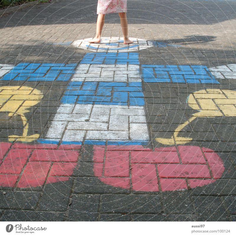 Ausschwungphase Kind Mädchen Spielen Bewegung Fuß Kleinkind Spielplatz Schulhof Spieltrieb Hinkepinke