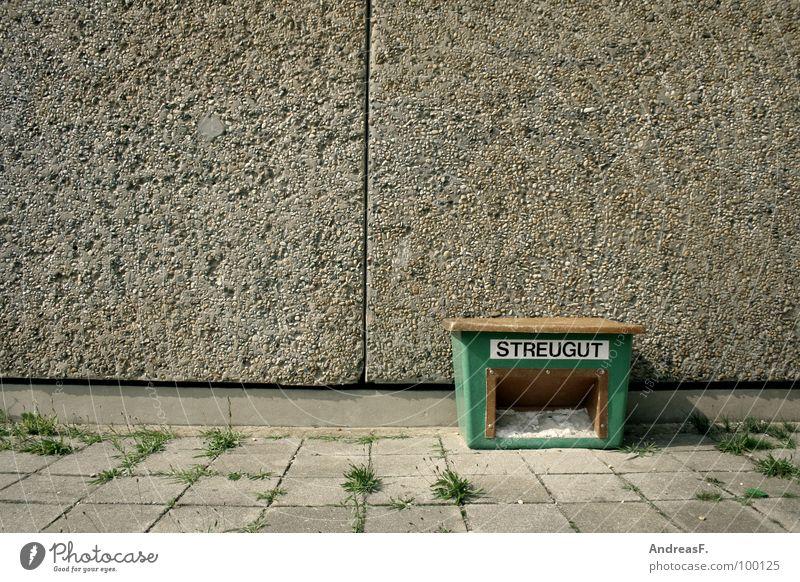 StreuGut Winter Haus Straße Wege & Pfade Sand Eis Deutschland Wetter Beton Sicherheit gefährlich bedrohlich Häusliches Leben Bürgersteig Kiste Glätte