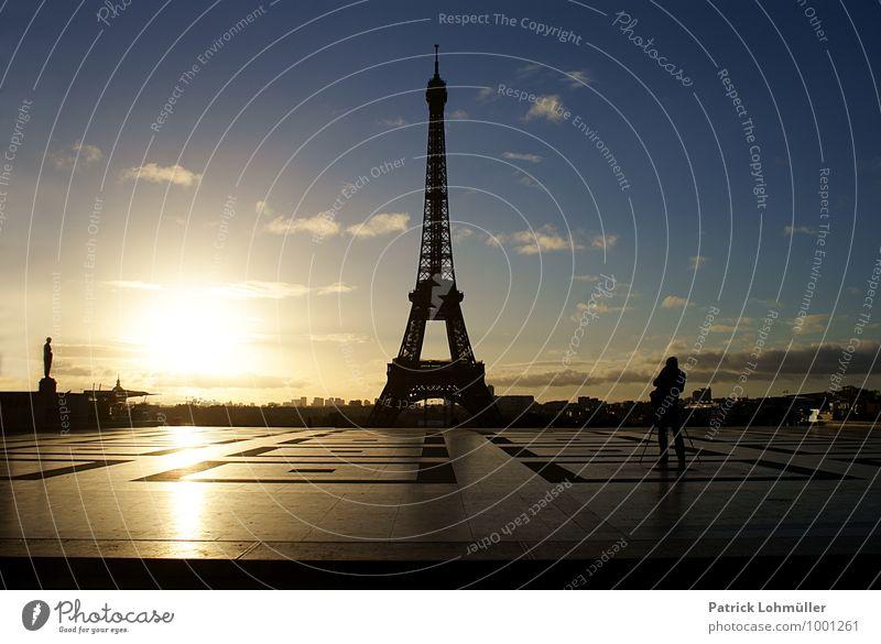 Sonnenaufgang am Eiffelturm Mensch Mann Erwachsene 1 Künstler Architektur Himmel Schönes Wetter Paris Frankreich Europa Hauptstadt Stadtzentrum Platz