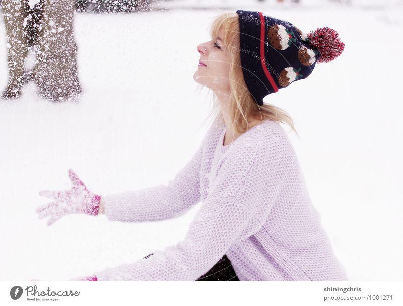there's no fun like snow fun Freude Spielen Schnee Winterurlaub feminin Junge Frau Jugendliche Hand 1 Mensch 18-30 Jahre Erwachsene 30-45 Jahre Natur Klima