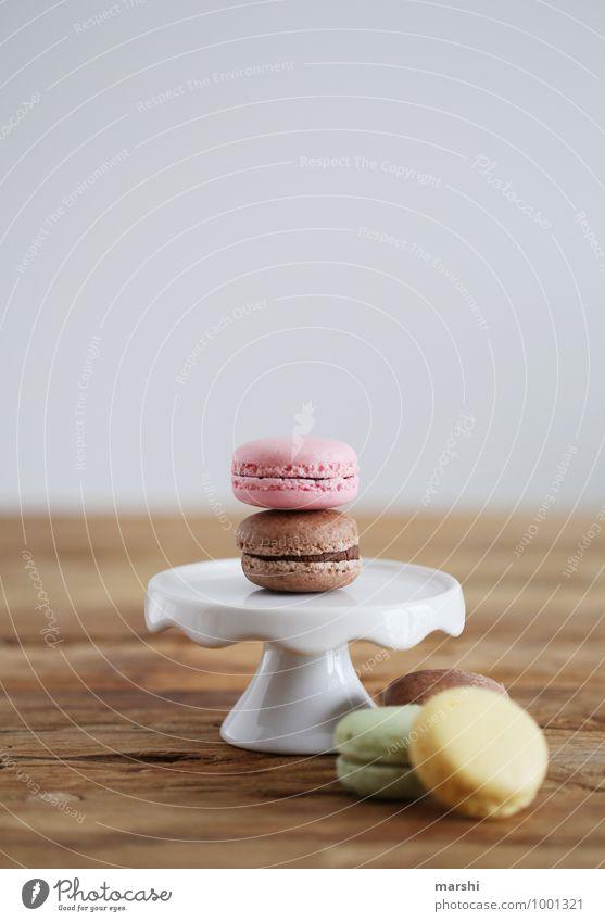 Macarons Lebensmittel Dessert Süßwaren Ernährung Essen süß Stimmung macarons Kellnern Holztisch lecker Schwache Tiefenschärfe mehrfarbig Farbfoto Innenaufnahme