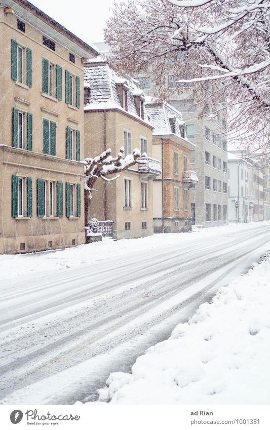 waiting [..for summer..] Winter schlechtes Wetter Eis Frost Schnee Schneefall Dorf Stadt Altstadt Menschenleer Bauwerk Gebäude Architektur Mauer Wand Fassade