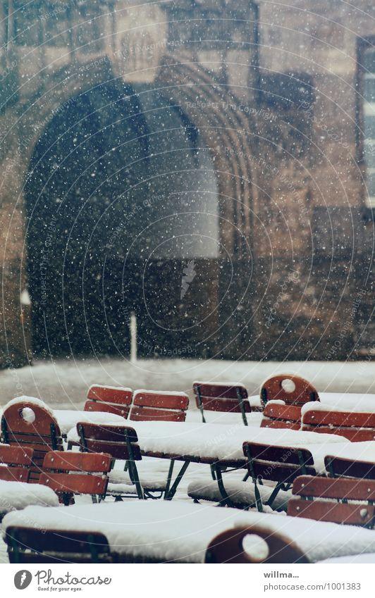stuhlprobe, flockig Biergarten Gastronomie Winter Schnee Schneefall Stadt Schneeflocke Stuhl Torbogen Menschenleer kalt Außenaufnahme
