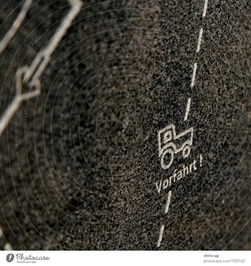 Traktor mit eingebauter Vorfahrt Natur grün Straße Arbeit & Erwerbstätigkeit Stein Wege & Pfade PKW Landschaft braun Feld Schilder & Markierungen Erde KFZ